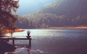 Бирюзовые фоны, люди в позе лотоса: создаем красивый сайт для йога-студий с помощью шаблонов